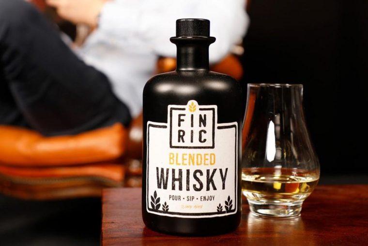 FINRIC Whisky eingeschenkt im Nosingglas